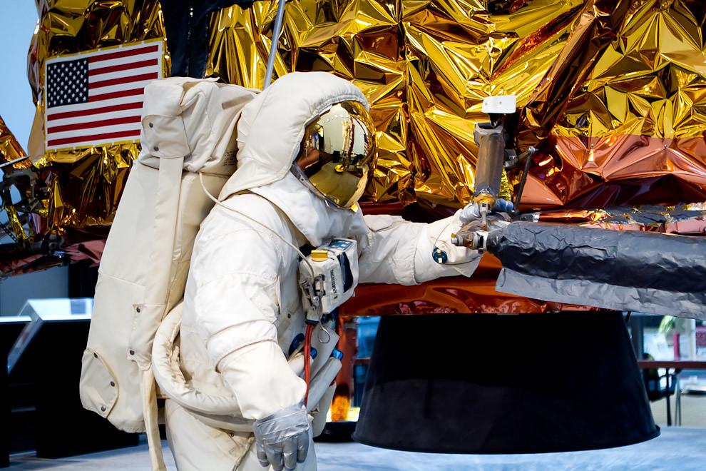 El Museo Nacional del Aire y del Espacio, del Instituto Smithsonian, ubicado en el concurrido Washington Mall, contiene la colección histórica más grande de aviones y naves del mundo, desde el primer avión de los hermanos Wright, el módulo lunar del Apollo 11, y esta réplica del traje espacial utilizado en la exploración lunar. (Tetsu Espósito - Washington, Estados Unidos)