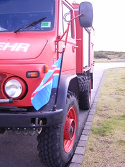 Teki  ingvllum sumar 2010 (Sivva) Tags: travel red car closeup iceland jeep flag creative thingvellir ingvellir sland feralag icelandic gamalt bll blar fni rauur blr fninn jeppi slenski feramenn bl jeppadekk