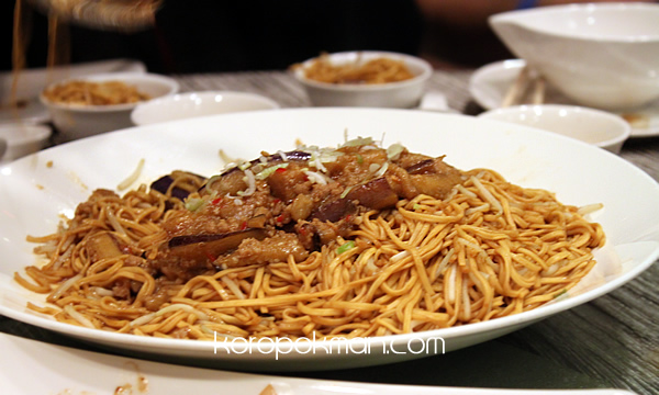 Braised Ee-fu noodles accompanied with Egg Plant and Spicy Meat Sauce