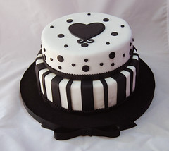 Quince (Mariana Pugliese) Tags: 2 blanco cake negro 15 feliz cumpleaños torta corazon lineas pisos circulos moño 241543903 marianapugliese tortasde15 pugliesem tortasdemariana