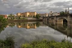 Reflejos en el Ebro (Josepargil) Tags: puente agua ojos cielo nubes 7d nublado logroo reflejos larioja puentedepiedra rioebro josepargil hospitaldelarioja