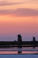 Fugge il sole, resta il sale (Kalos eidos) Tags: sunset sky water agua tramonto cielo acqua riflessi saline ocaso sicilia reflejos trapani twirls reflexes saltpans mulini remolina bellitalia salinos