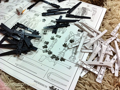Building MC RX-93 Nu Gundoom Gundam (12)
