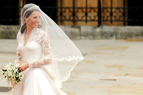 kate-middleton-royal-wedding-prince-william-dress-590jn042911_590x393