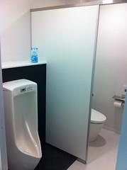 社屋内のトイレはもっとオシャレ