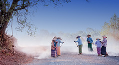 Myanmar (@lain G) Tags: femme route travail myanmar asie chemin birmanie