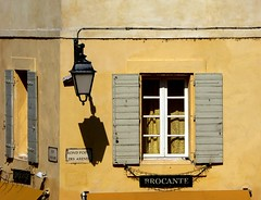 ombre nella calda luce di settembre (fotomie2009 OFF) Tags: arles lamp street lampione rondpointdesarenes provenza provence france francia faade window finestra shadow ombra