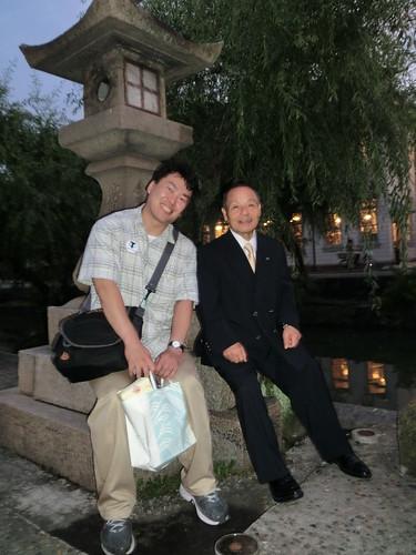 三宅先生と一緒に写真撮影をしていただき喜んでいる小竹選手