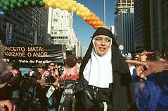 Parada LGBTS - 2003 (Foto Galeria Jesus Carlos) Tags: violncia manifestao lsbicas homofobia transexuais bisexuais paradalgbts travestisgayslsbicastransexuaisbisexuaisparadalgbtsmanifestaohomofobiaviolncia sopaulosopaulobrasilgays
