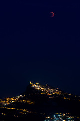 Guardandosi (lontanamente vicini) (scarpace87) Tags: city sky moon night dark lights eclipse nikon sanmarino republic luna mount luci total lunar notte titano buio rsm totale 105mmf28 eclisse saintmarin d7000