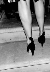 . (viaggiaresiii) Tags: bw scale bn donne piedi scarpe fiocco gradini fiocchi eleganza tacchi sandali salire