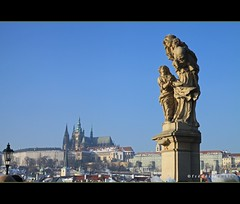 Prague castle and Cathedral in the back from Charles IV's bridge (lathuy) Tags: bridge guy saint statue europe republic czech prague cathedral unesco pont capitale bohemia guido charlesiv tchquie bohme