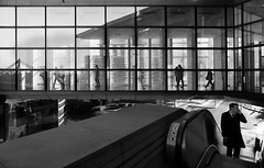 Passages urbains (Bernard Chevalier) Tags: street city building geometric architecture moderne reflet contraste passage géométrie escalier façade hommes profil homme ladéfense vitrine urbain urbanisme téléphone graphisme passants piétons géométrique