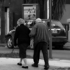 Rompe Tu Record (Feliz año nuevo) / Break your record (Happy New Year) (Claudio.Ar) Tags: street old city people bw man santafe topf25 argentina square women candid sony ciudad elder dsc h9 claudioar claudiomufarrege