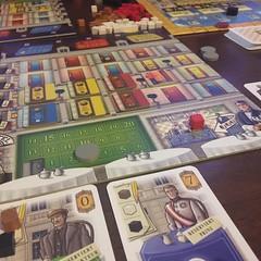 Grand Austria Hotel - เกมทำคอมโบ้คะแนนแข่งกันที่สนุกดี อารมณ์คล้ายกับ Russian Railroad ตรงที่คะแนนค่อนข้างเฟ้อ การได้ 150-200+ คะแนนหลังจบเจ็ดตาเป็นเรื่องปกติ แต่เกมนี้เล่นง่ายกว่าและธีมรื่นรมย์กว่า คือให้เราบริหารโรงแรม แต่ละตาจะหยิบไพ่แขกหนึ่งใบก็ได้มาว