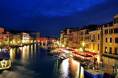 standing at Rialto (longyan79) Tags: italien blue venice sky italy night buildings boats lights canal nikon europa europe venedig d90 nikond90 longyan79
