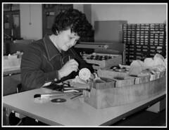 1984 - Operria repara um telefone nas instalaes dos TLP na zona do Porto (Fundao Portuguesa das Comunicaes) Tags: portugal lisboa porto tlp fpc operria fundaoportuguesadascomunicaes dmtsi2012 ft538mrct womengirlsinict