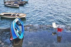 IMGP3910 (maurizio siani) Tags: napoli naples italia italy pentax k30 colore colori mare sea cielo sky nuvole nuvoloso barca barche sedia sedie specchuio banchina lungomare citt city mattina luce light ottobre 2016 autunno bellezza tranquillit armonia gioia