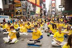 """西人学员时代广场集体炼功 引人注目 Times Square: Group Meditation Demonstrates Ancient Practice at Modern """"Crossroads of the World"""""""