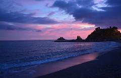 Atardecer en la Caletilla ALMUÑÉCAR (Tomás Hornos) Tags: sunset atardecer playa beach blue horaazul sea mar arena costa espigón roca peñón puestadesol almuñécar costatropical nubes clouds