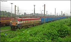 Contrasting colours!!! (Raj Kumar (The Rail Enthusiast)) Tags: india industry express kashmir kolkata raj ganga puri bhel kumar bihar howrah jharkhand patna bhubaneshwar 22314 dhanbad sealdah jhansi rajdhaniexpress orrisa 22722 22750 24517 30279 ndls bhaga damodar wap4 wag7 wap7 neelanchal patherdih jammutavi
