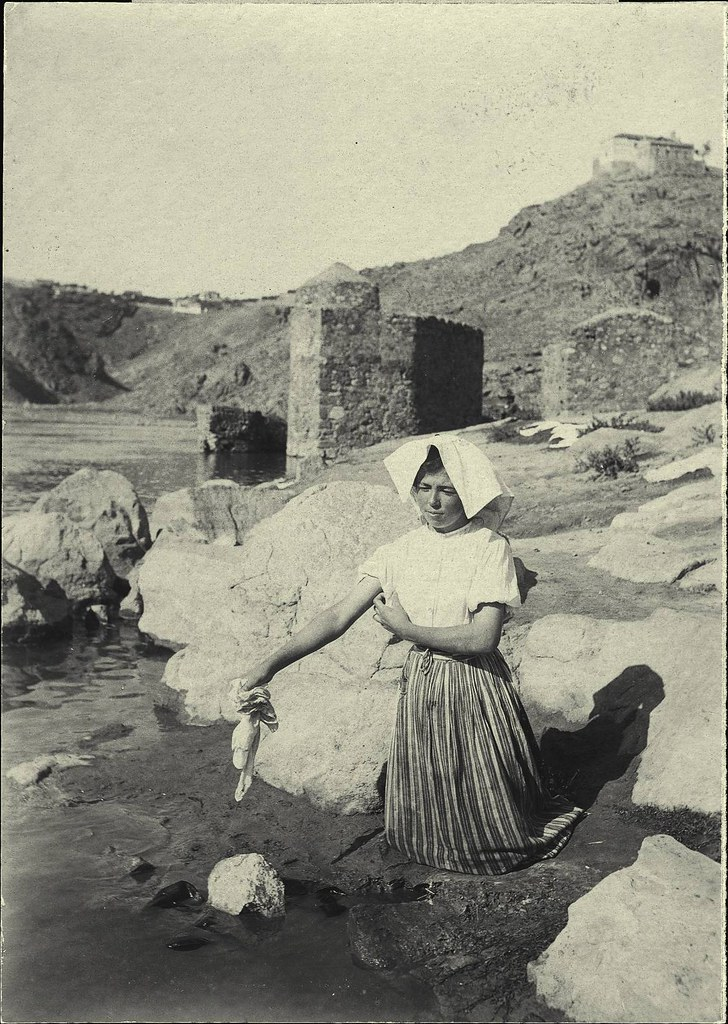 Lavandera junto al Tajo a principios del siglo XX. Fotografía de D. Pedro Román Martínez. Diputación de Toledo, Centro de Estudios Juan de Mariana