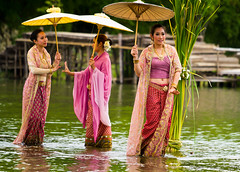 Performance over the Water II (Beum Gallery) Tags: show umbrella thailand femme performance thalande parasol histoire ayuthaya legend floatingmarket homme parapluie ayutthaya spectacle acteur lgende actrice acteurs      marchflottant        classicalshow