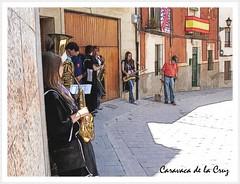 Esperando en la sombra.. (margabel2010) Tags: gente fiestas personas murcia perros banderas calles trombones balcones puertas fachadas caravaca aceras instrumentosmusicales saxofones