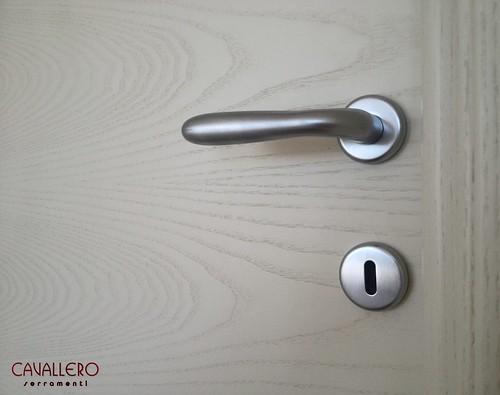 Dettaglio maniglia in cromo satinato su porta Frassino spazzolato