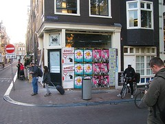 Runstraat - Keizersgracht (streamer020nl) Tags: runstraat keizersgracht 400 mode kleiding fashion localservice posters affiche plakat banksy closed 9straatjes amsterdam 2016 041016 4oct2016 holland nederland netherlands paysbas niederlande