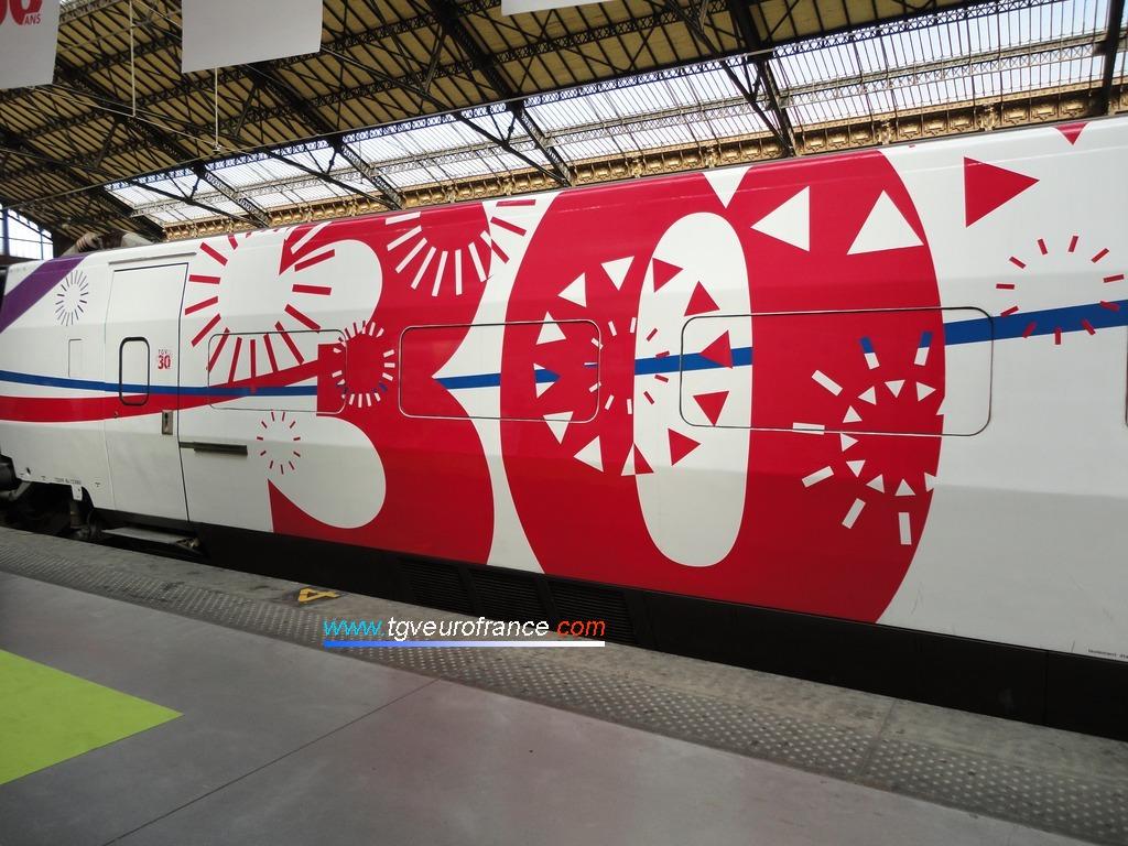 Détail du TGV Expérience pelliculé aux couleurs des 30 ans du TGV