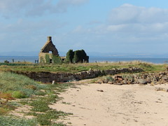 Ruined house by a beach, 2016 Sep 10 (Dunnock_D) Tags: uk unitedkingdom britain scotland fife sky ruins croft building house stone