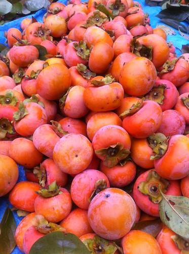 豊作の秋:庭の柿山積み