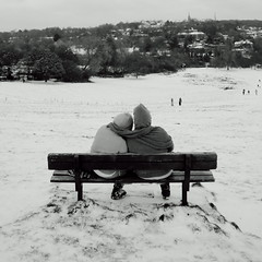 Love in a cold climate (Ian Brumpton) Tags: blackandwhite bw london blackwhite noiretblanc candid streetphotography neige letitsnow parliamenthill parklife londonist loveinacoldclimate londonstreetphotography lifeinslowmotion scattidistrada ianbrumpton aimlessstrolling blackwhiteheartbeats meyoumakestwo londonatlarge livinginasquareshapedworld somewherelookingfromahilltop kriokerosgiadio
