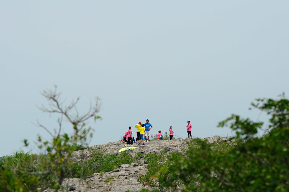 Atletas participantes llegan y se registran en el Puesto de Control 01, perforan su identificador y registran su tiempo, toman agua y disfrutan de la vista antes de continuar hacia el siguiente tramo del puesto 02. (Elton Núñez - Piribebuy, Paraguay)