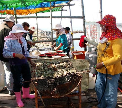 台江內海導覽的最後重頭戲--吃烤蚵