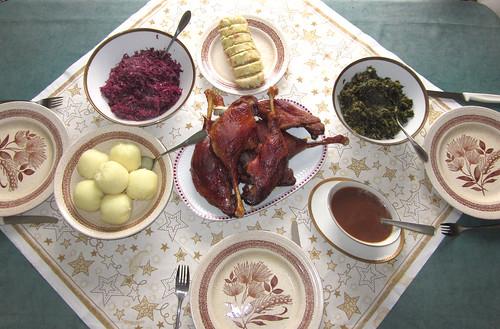 Gänsekeule mit Rotkraut, Grünkohl & Klößen / Goose legs with red & green cabbage and potato dumplings