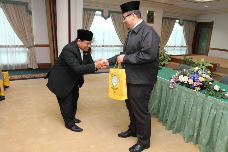 Penyampaian Cenderahati oleh Tetamu Kehormat kepada Pengerusi Forum Ustaz Hj Sahmsul Muawan