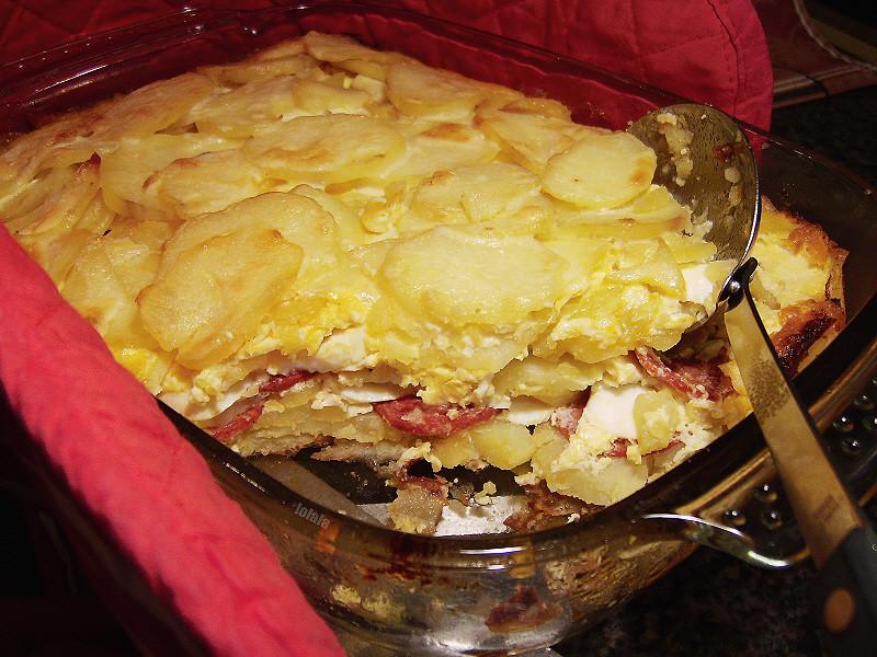 Запеканка из картофеля с колбасой и сыром