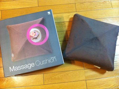 うちの @Ryu_Mochikey オススメのマッサージクッションが届いたので早速使ってみているのだが、これは予想以上のスグレモノ。これとソファがあればマッサージチェアはいらないのではないか。
