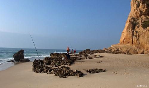As canas de pesca estão nos buracos dos rochedos
