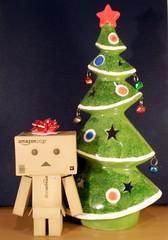 Twelve Trees of Christmas #1: Danbo Bowed (Sasha's Lab) Tags: christmas tree toy background manga cardboard bow backdrop ribbon yotsubato yotsuba danbo 12treesofchristmas revoltech plastic52 danboard cardbo