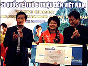 Zhou Ying - the fifth million foreign visitor to Vietnam on December 24