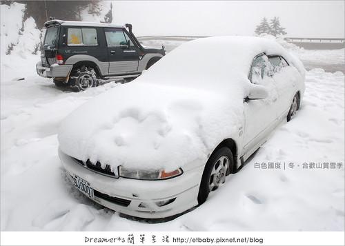蓋滿白雪的小客車