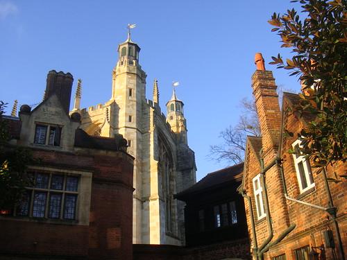 Vista de la Capilla, en medio de distintas residencias de estudiantes