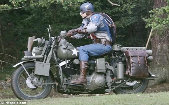 Capitán América manejando una moto