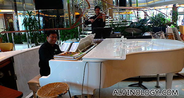 Pianist and violinist on board