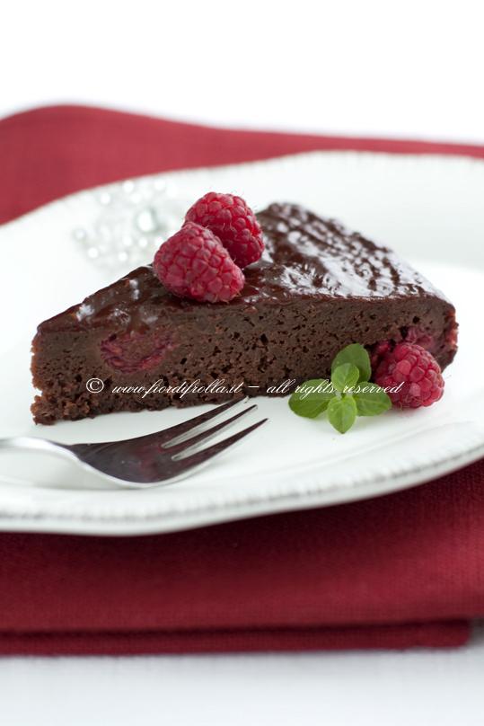 La torta morbida ai lamponi e cioccolato che si glassa da sola