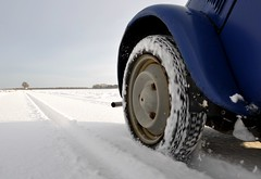 Be carefull... (CitroenAZU) Tags: blue schnee winter snow blauw hiver horizon sneeuw citroen wing band tire bleu 2cv 1957 neige grip michelin pneu roue aile zx azu wiel spatbord