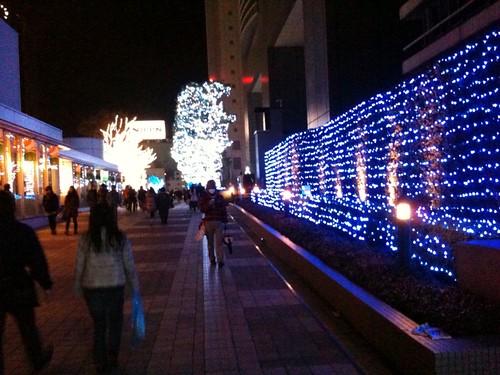 サザンテラスの入り口。壁がブルーにライトアップ